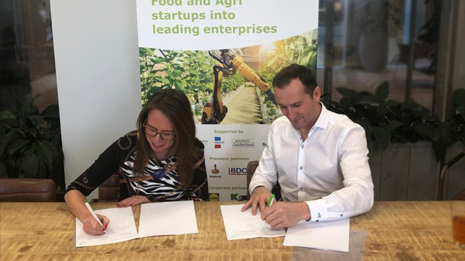 Rachel Dibbets of DBO and Jan Meiling signing partnership agreement